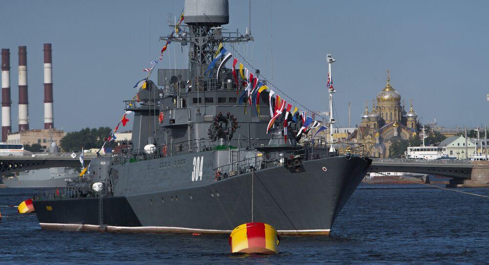 Corveta russa Urengoi durante o desfile militar do Dia da Marinha em São Petersburgo.