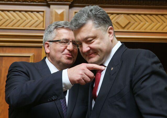 Pyotr Poroshenko e Bronislaw Komorowski em reunião no parlamento da Ucrânia