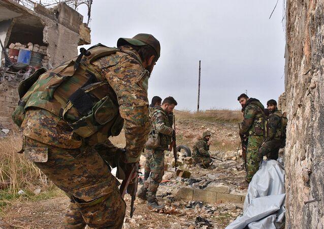 As tropas pró-governos sírias mantêm uma posição no bairro de Karm al-Jabal, no leste de Aleppo.