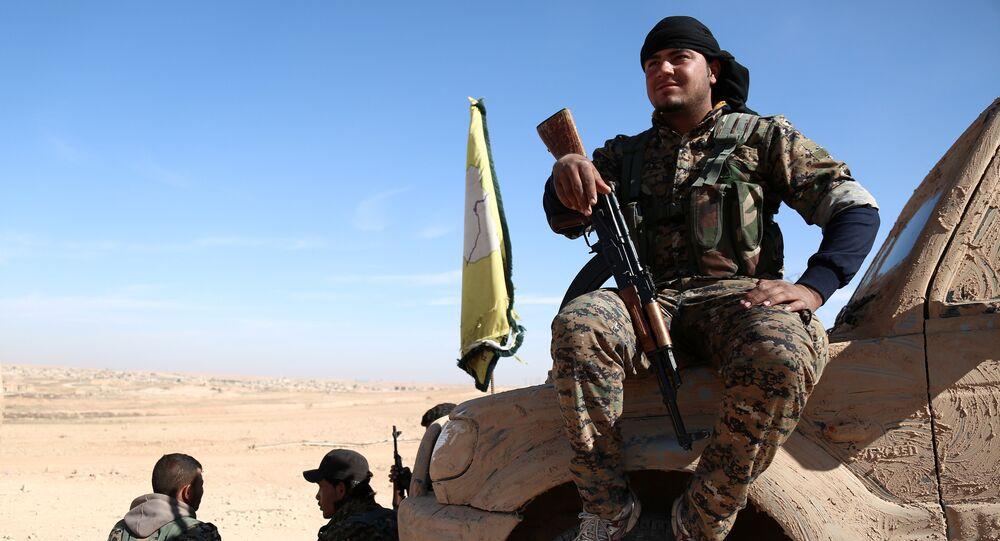 Combatente das Forças Democráticas da Síria (SDF) descansa ao norte de Raqqa