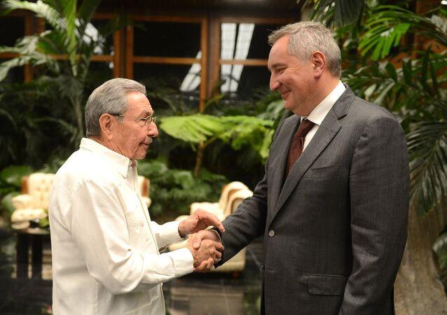 O presidente do Conselho de Estado da República de Cuba, Raúl Castro, e o vice-premiê russo, Dmitry Rogozin