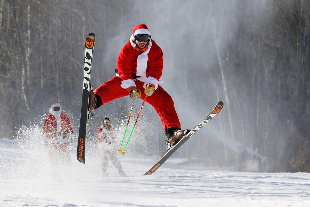 Esquiador vestido de Papai Noel, EUA