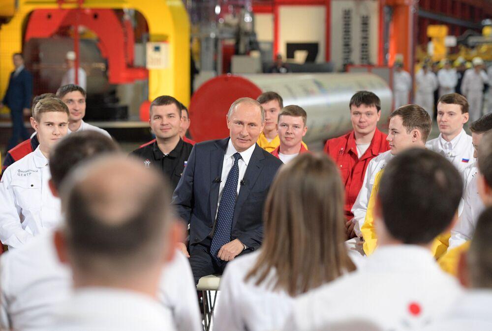 Presidente da Rússia, Vladimir Putin, fala com trabalhadores de uma fábrica da cidade russa de Chelyabinsk