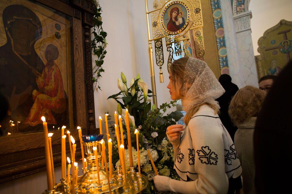 Modelo internacional russa, Natalia Vodyanova assiste a serviços religiosos na catedral russa em Paris
