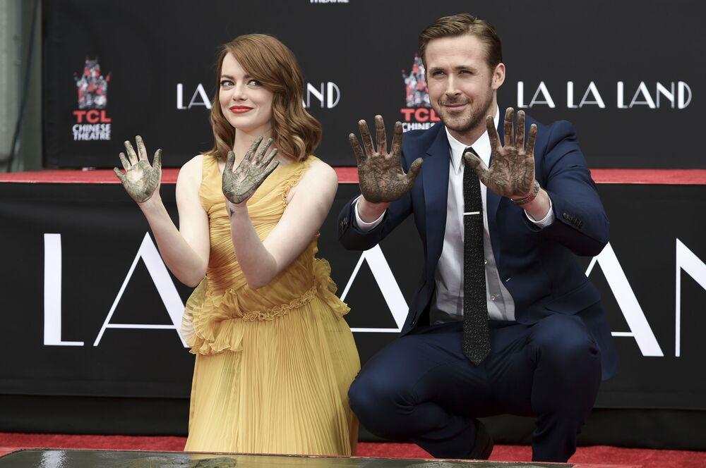 Atores de Hollywood, Emma Stone e Ryan Gosling, deixam marcas das palmas na Calçada da Fama em Los Angeles