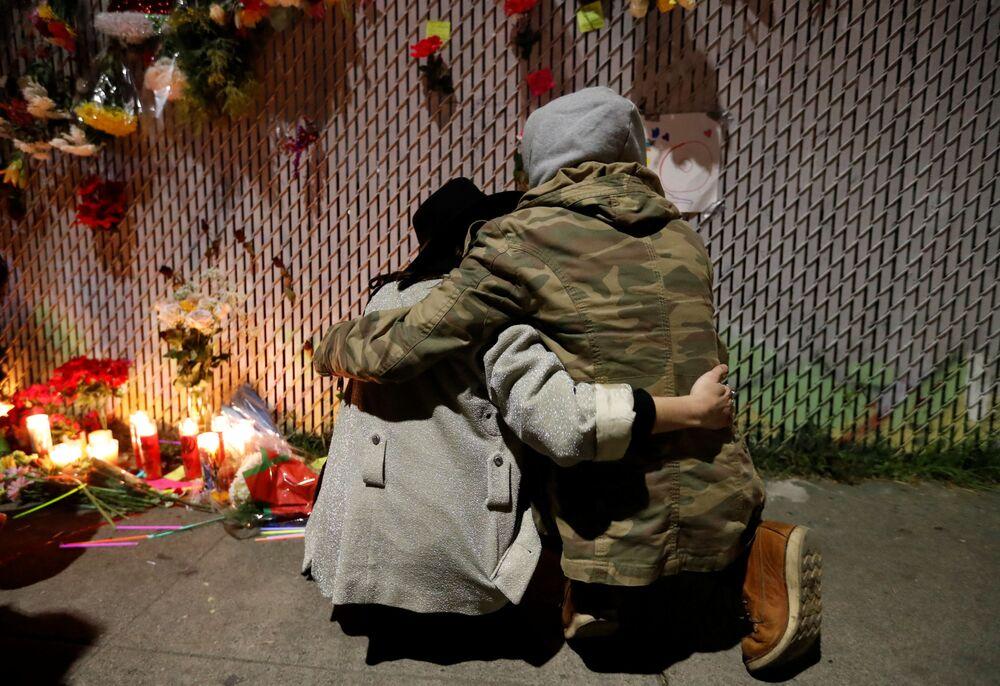 Jovens choram perto memorial das vítimas do incêndio de clube noturno que ocorreu na Califórnia