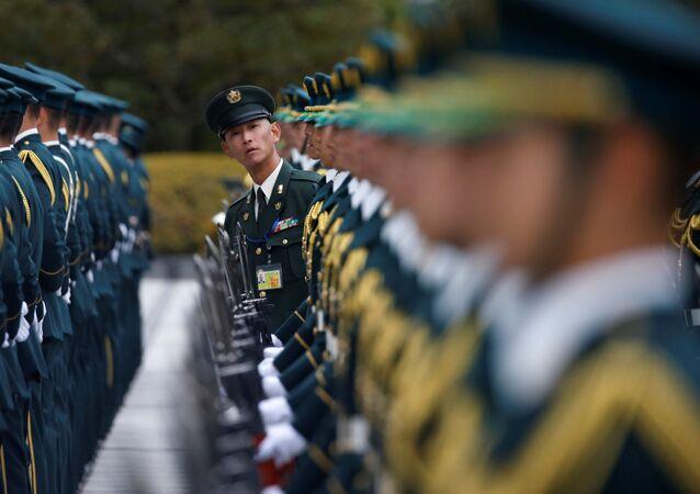Guarda de honra das tropas de autodefesa do Japão se prepara para o encontro do ministro da Defesa japonês e secretário de Defesa dos EUA, Ashton Carter