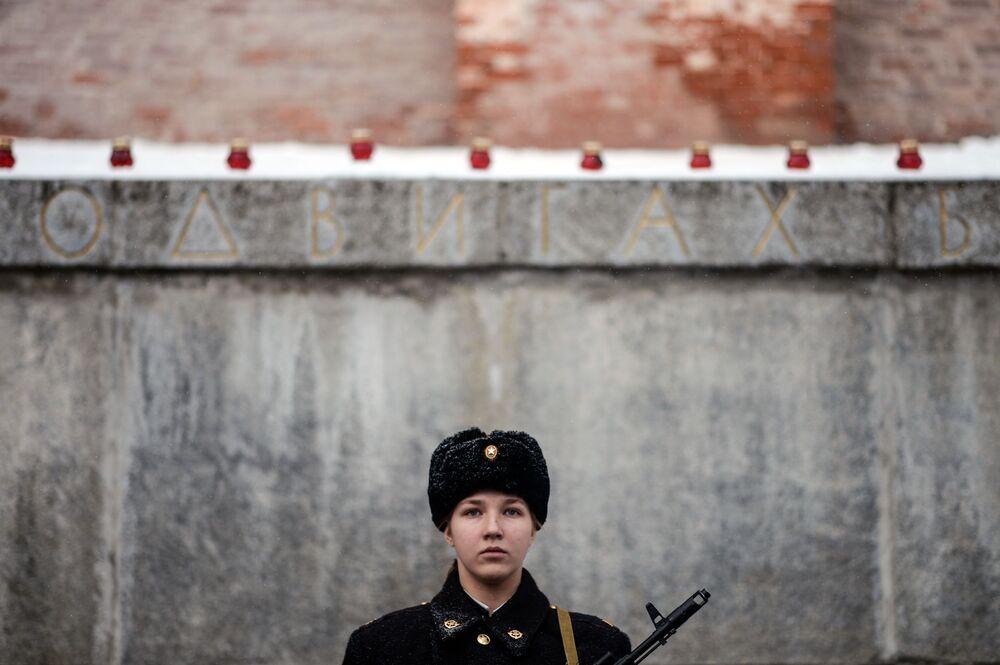 Guarda de honra junto ao memorial de Chama Eterna na cidade russa de Veliky Novgorod