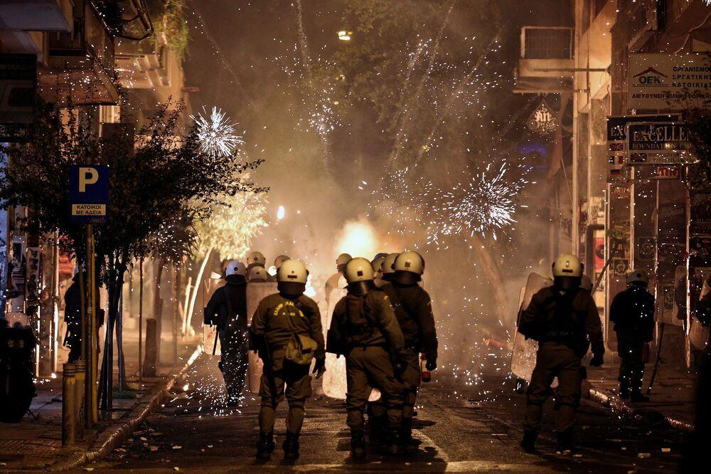 Destacamento de polícia antimotim grega durante confrontos em Atenas