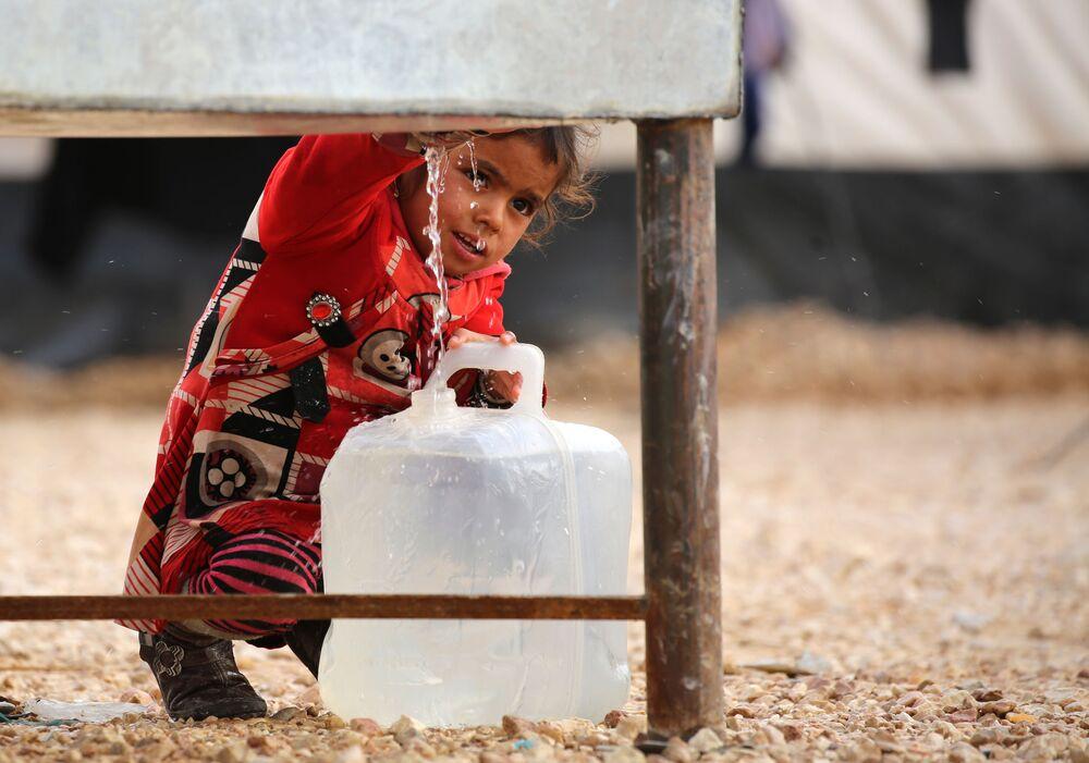 Pequena refugiada iraquiana em campo na Síria