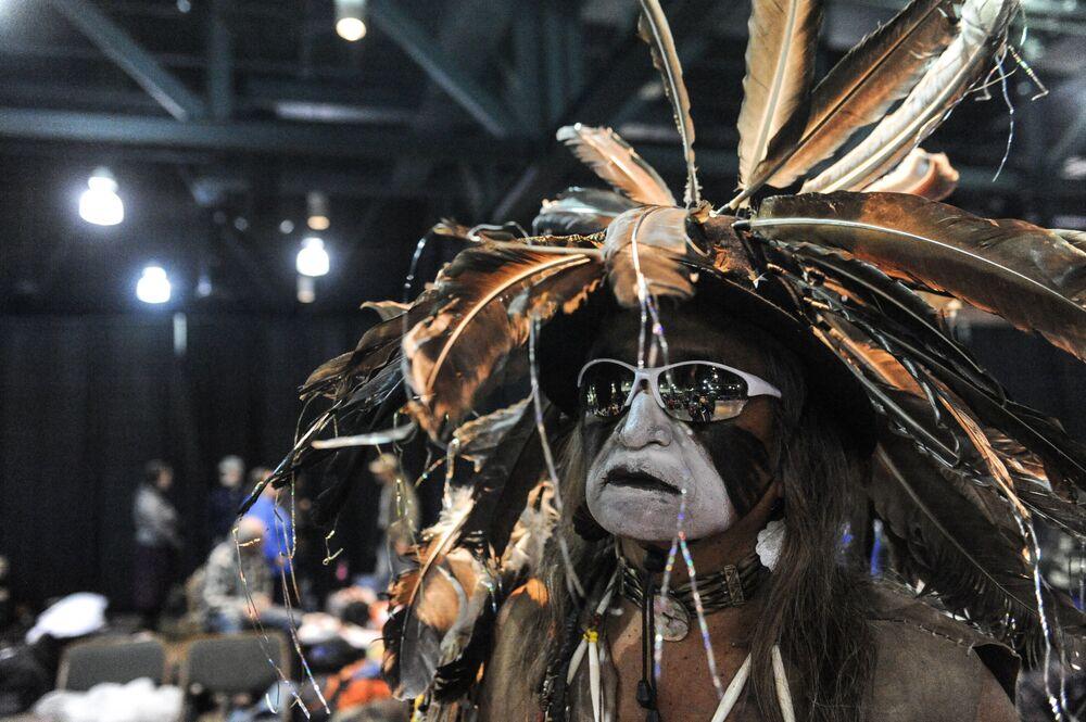 Ator vestido de americano nativo em um casino