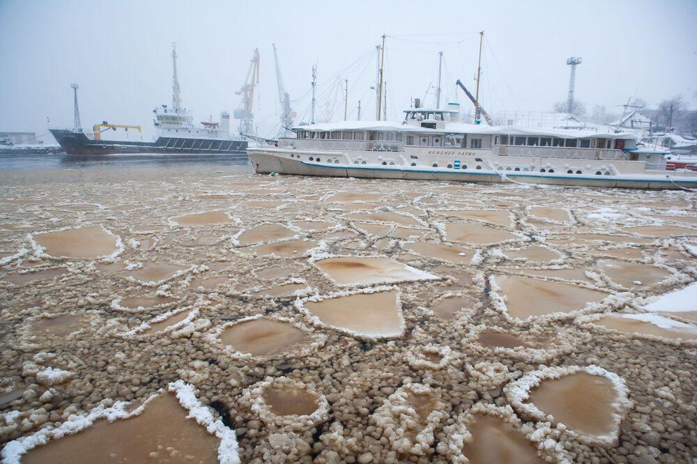 Navios no estacionamento de inverno no lago Onezhskoe em Petrozavodsk