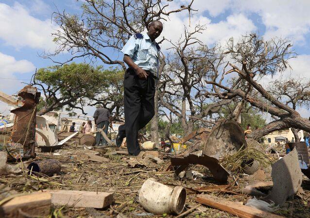 Local do atentado com carro-bomba realizado pelo grupo terrorista Al Shabab em Mogadíscio, na Somália
