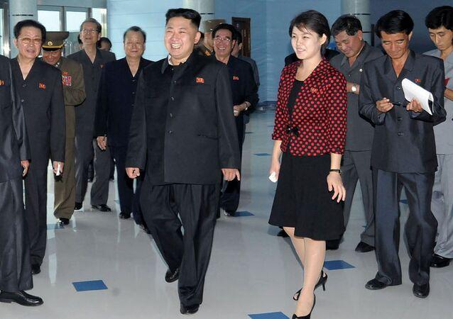 Líder norte-coreano, Kim Jong-un, e sua esposa, Ri Sol-ju, em um evento público em 26 de julho de 2012