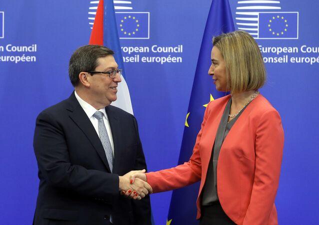 Alta representante para Relações Exteriores da UE Federica Mogherini cumprimenta o chanceler cubano Bruno Rodríguez Parrilla