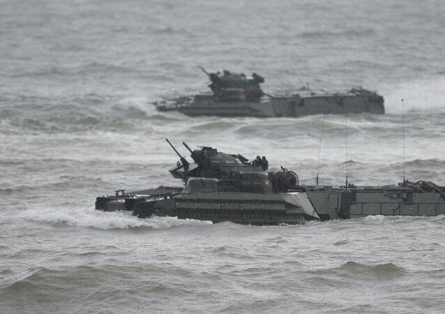 Manobras de veículos anfíbios de ataque (AAV) no decorrer dos exercícios militares conjuntos dos EUA e Filipinas no mar do Sul da China, 7 de outubro de 2016