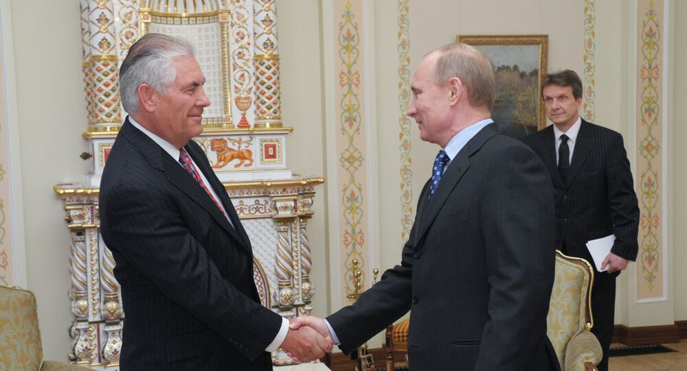 Chefe da empresa ExxonMobil, Rex Tillerson, durante o encontro com o então primeiro-ministro (agora presidente) da Rússia, Vladimir Putin, na residëncia em Novo-Ogarevo, abril de 2012