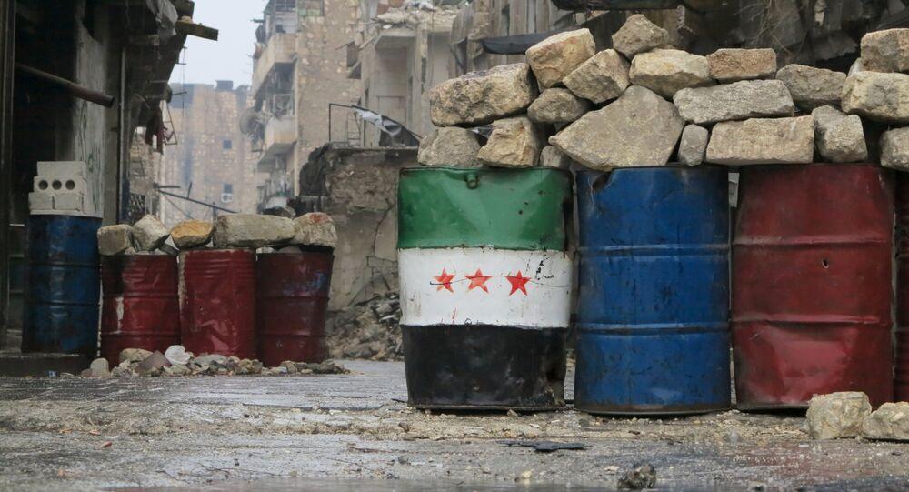 Uma bandeira síria improvisada em um bairro da zona leste de Aleppo libertado pelo exército nacional, em 13 de dezembro de 2016