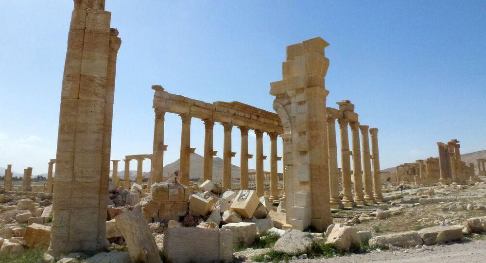 A vista dos restos do Arco do Triunfo, também chamado de Arco Monumental de Palmira, que foi destruído pelos jihadistas do Daesh em outubro de 2015 na antiga cidade síria de Palmira