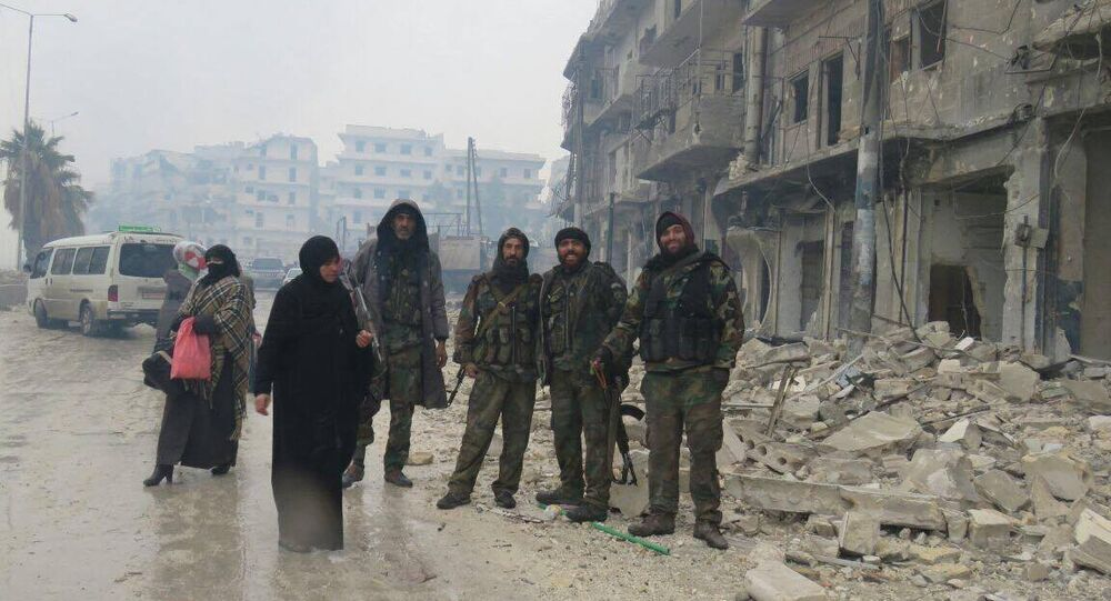 Soldados sírios com civis que voltaram a Aleppo