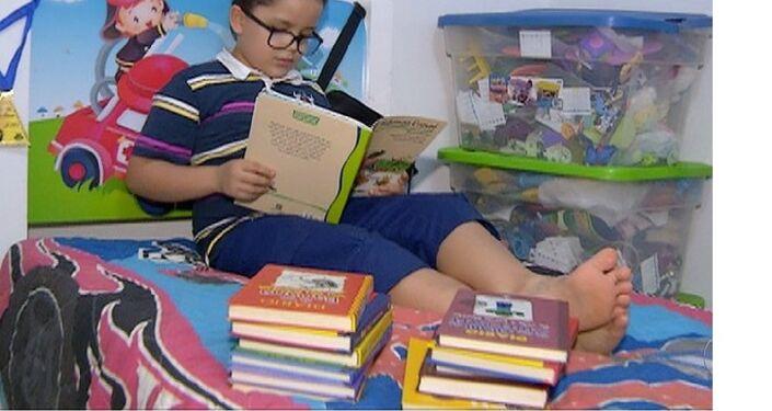 Cadu (Carlos Eduardo), de 7 anos, leu 88 livros apenas este ano.