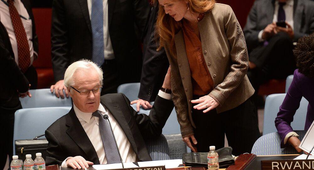 Samantha Power, representante dos EUA na ONU, fala com o enviado russo Vitaly Churkin (arquivo)