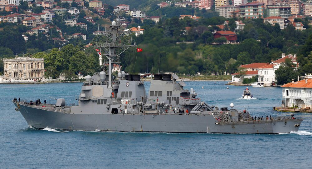 Destróier USS Porter da marinha dos EUA entra no mar Negro pelo estreito de Bósforo em Istambul