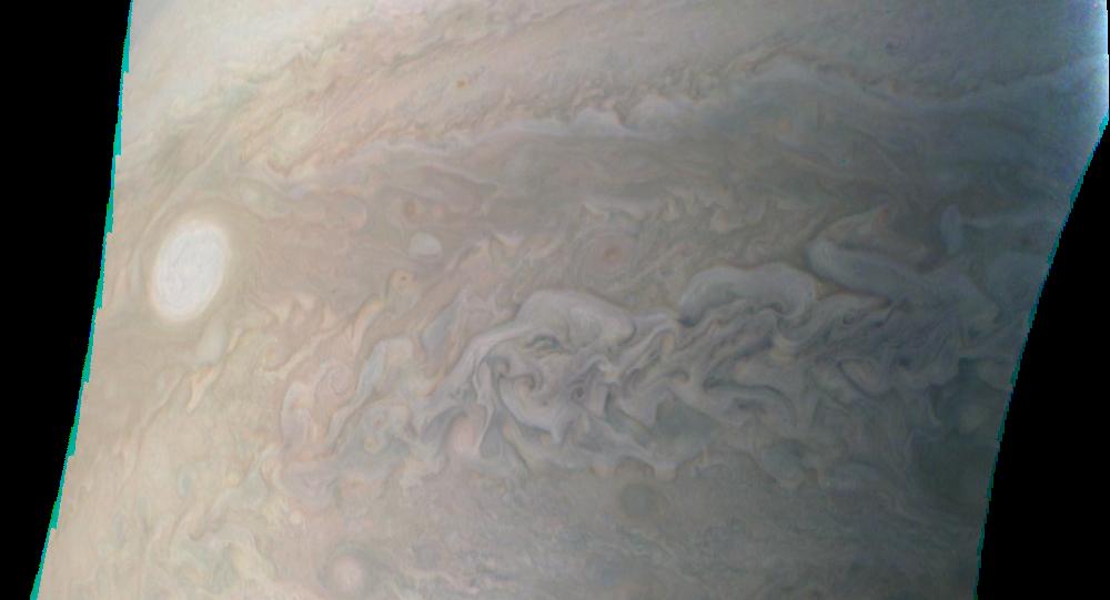 Imagem de uma das pérolas de Júpiter - grande furacão de tamanho de Terra - tirada pela sonda Juno