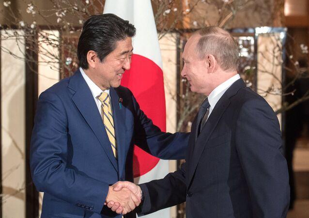 O presidente russo Vladimir Putin e o primeiro-ministro japonês Shinzo Abe, durante uma reunião em Nagato, Prefeitura de Yamaguchi, 15 de dezembro de 2016