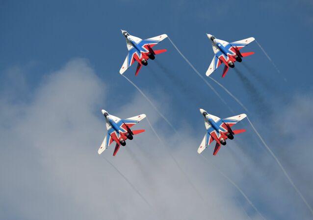 Caças MiG-29 da equipe de acrobacias Strizhi, da Força Aérea Russa