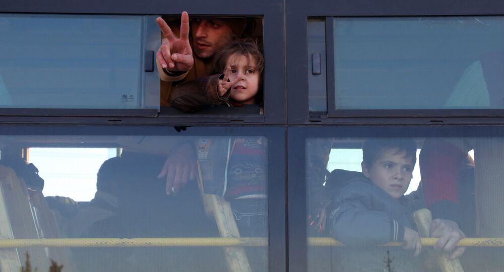 Sírios evacuados de Aleppo oriental chegam na região de Khan al-Aassal, controlada pela oposição, em 15 de dezembro de 2016, a primeira parada rumo aos campos temporários na periferia de Idlib.