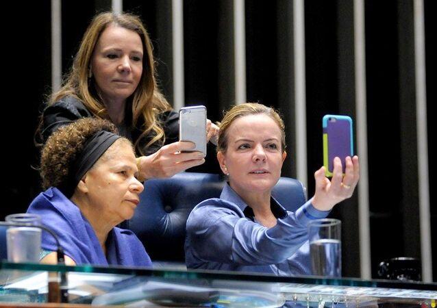 Senadoras Gleisi Hoffmann, Vanessa Grazziotin e Regina Sousa fazem transmissões ao vivo para criticar pacote econômico de Temer