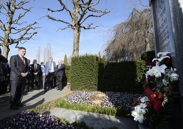 Thomas Bach, presidente do Comitê Olímpico Internacional (COI) observa o túmulo do barão Pierre de Coubertin