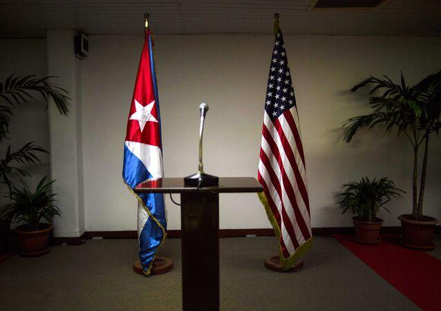 Bandeiras nacionais de Cuba e EUA