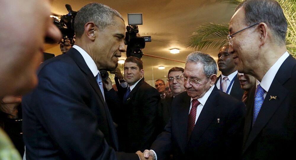 Presidente dos EUA Barack Obama e o líder cubano Raúl Castro apertam as mãos na abertura da Cúpula das Américas no Panamá