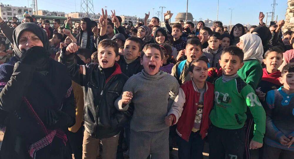 Os habitantes de Aleppo após a evacuação dos militantes e seus familiares da parte oriental da cidade