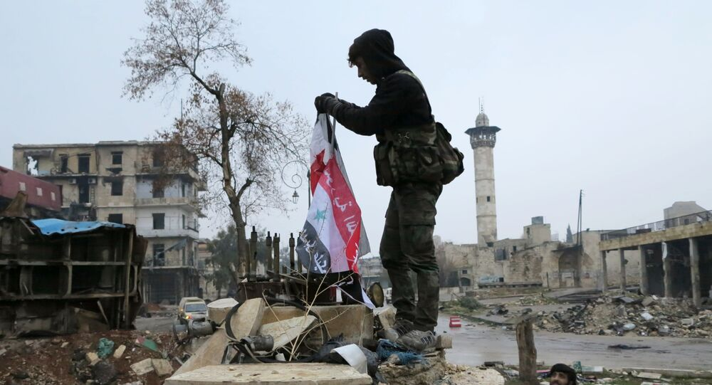 Militares no bairro libertado de Aleppo oriental