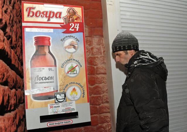 Homem perante a máquina de venda de líquido com álcool em Chita, Rússia (foto de arquivo)