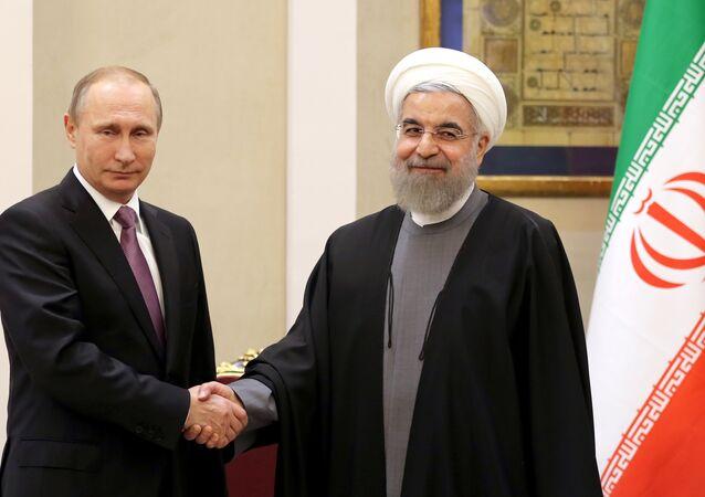 Presidente russo Vladimir Putin e o líder iraniano Hassan Rouhani durante reunião