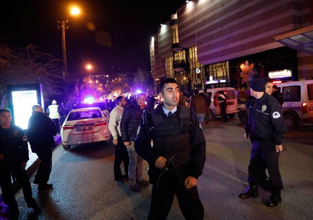 Polícia turca faz segurança da área perto da galeria de artes onde foi baleado o embaixador russo na Turquia, Andrei Karlov, em Ancara, em 19 de dezembro 2016