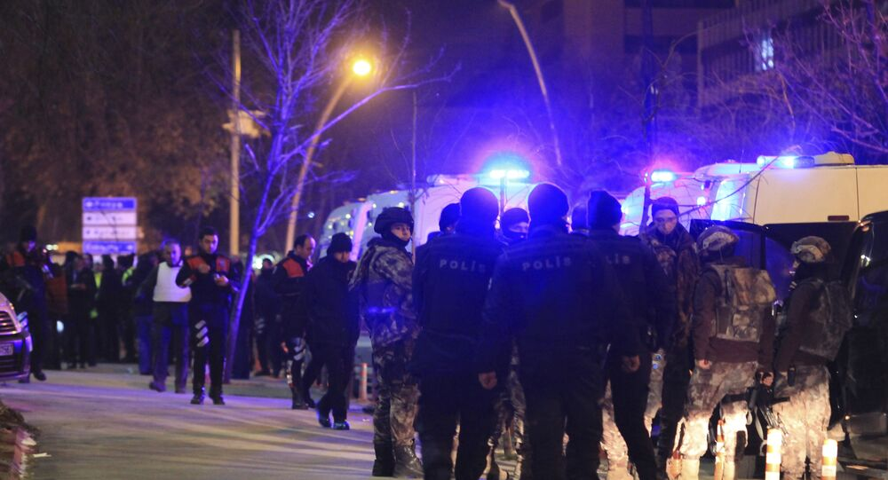 Polícia turca cerca área próxima à galeria de arte onde o embaixador russo em Ancara, Andrei Karlov, foi assassinado a tiros