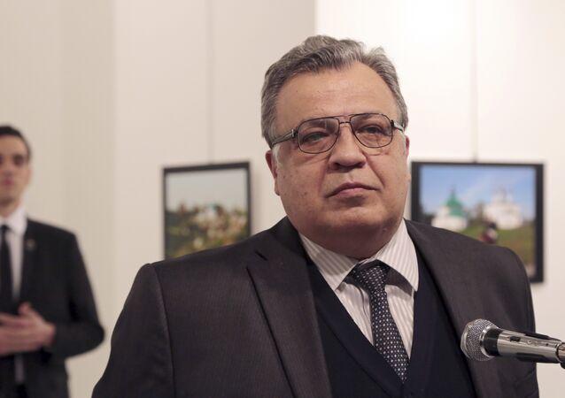 Andrei Karlov, embiaxador da Rússia na Turquia, momentos antes de ser baleado por seu assassino em Ancara