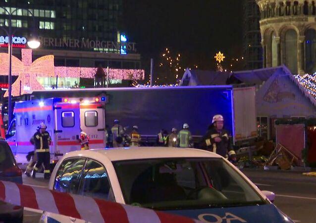 Polícia e carros de emergência no local do atropelamento de uma multidão por um caminhão em Berlim