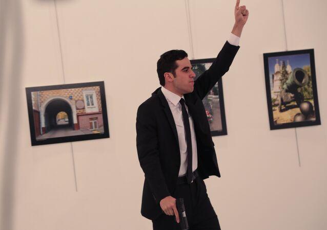Atirador gesticula após atirar no embaixador russo na Turquia, Andrei Karlov, na galeria de arte em Ancara, 19 de dezembro de 2016