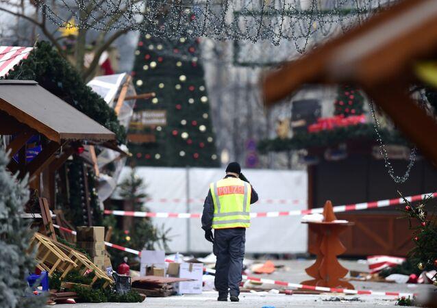 Policial no local da feira natalina no dia depois do atentado em Berlim, Alemanha, 20 de dezembro de 2016
