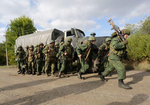 Milícias da autoproclamada República Popular de Donetsk deixam suas posições durante retirada do povoado de Petrovske, a 50 quilômetros de Donetsk, em 3 de outubro de 2016