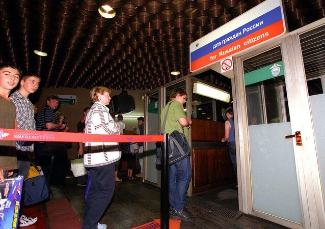 Controle de passaportes no aeroporto internacional de Sheremetevo-2, Moscou, Rússia