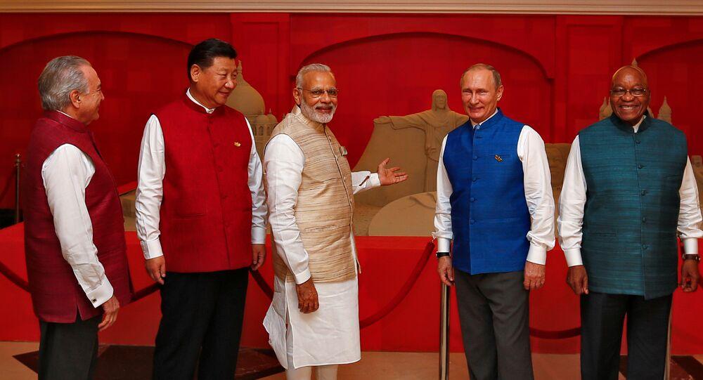 (Da esquerda para direita) Presidente do Brasil Michel Temer, presidente chinês, Xi Jinping, primeiro-ministro da Índia Narendra Modi, presidente da Rússia Vladimir Putin e presidente da África do Sul Jacob Zuma posam em frente de escultura de areia na véspera da cúpula dos BRICS (Brasil, Rússia, China, Índia, África do Sul) em Goa, Índia, em 15 de outubro de 2016