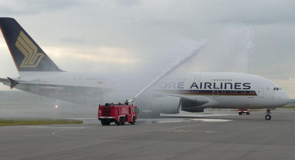 Um avião sendo lavado