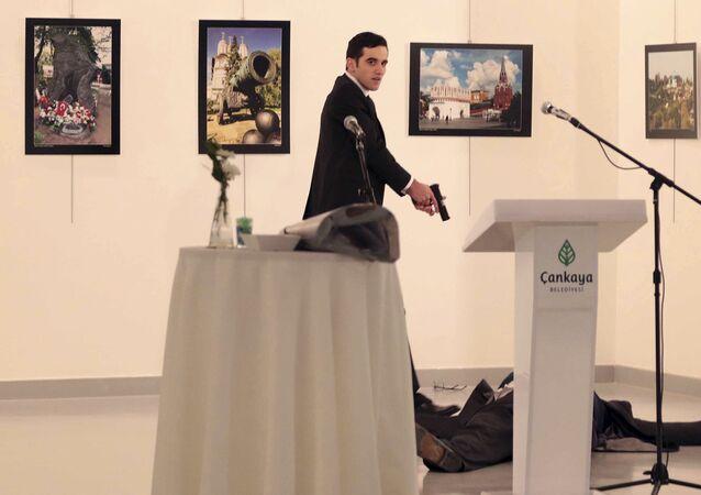 Atacante dispara arma após ter morto a tiro o embaixador da Rússia na Turquia, Andrei Karlov, em uma exposição fotográfica em Ancara, Turquia, 19 de dezembro de 2016